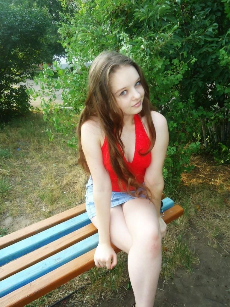 Девушка на скамейке в миниюбке